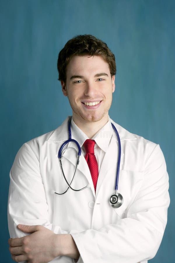 Sorriso masculino novo feliz do homem do doutor considerável fotografia de stock