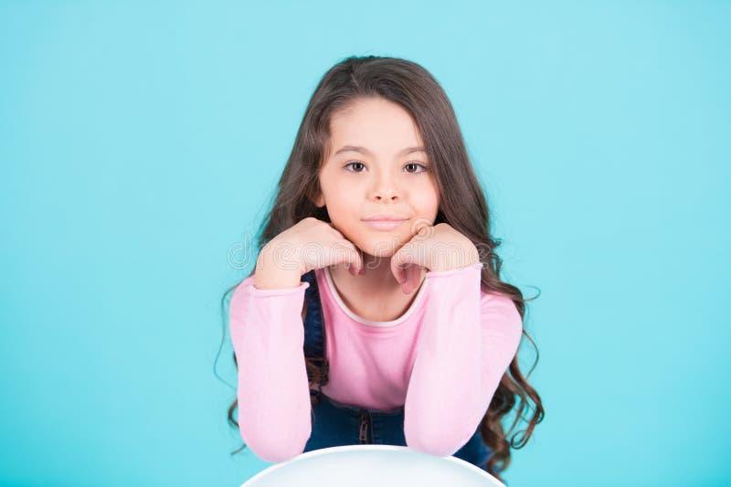 Sorriso modelo da criança com cabelo moreno longo, penteado fotografia de stock royalty free
