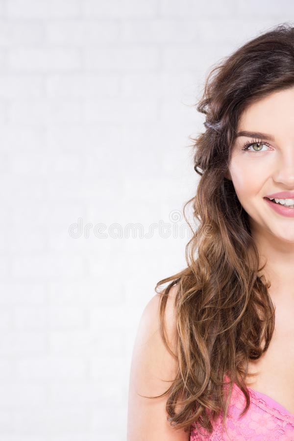 Sorriso moreno da mulher fotografia de stock