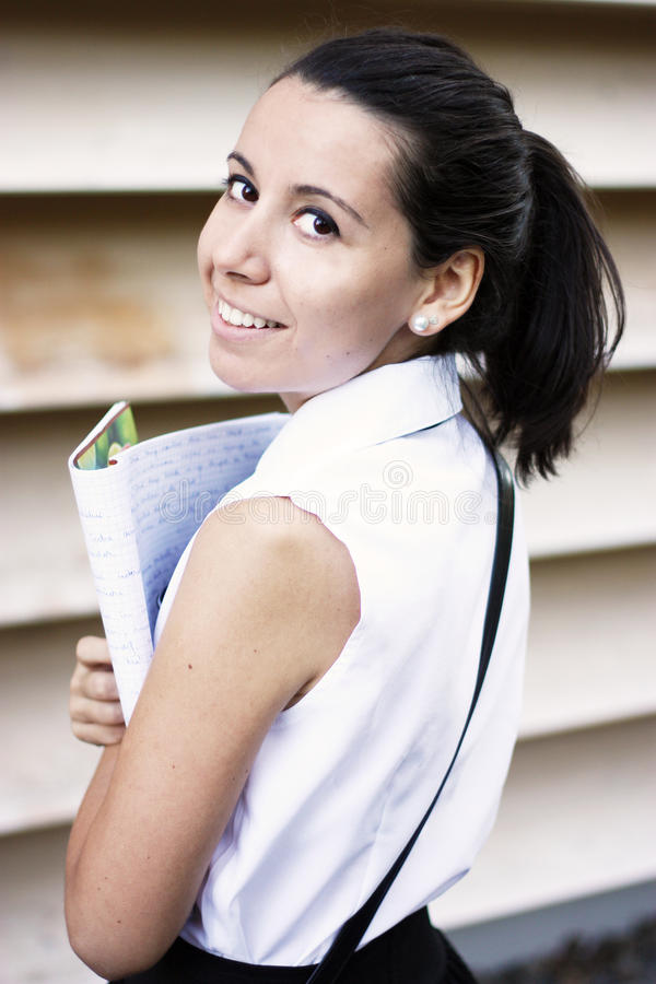Sorriso novo da menina de faculdade fotografia de stock