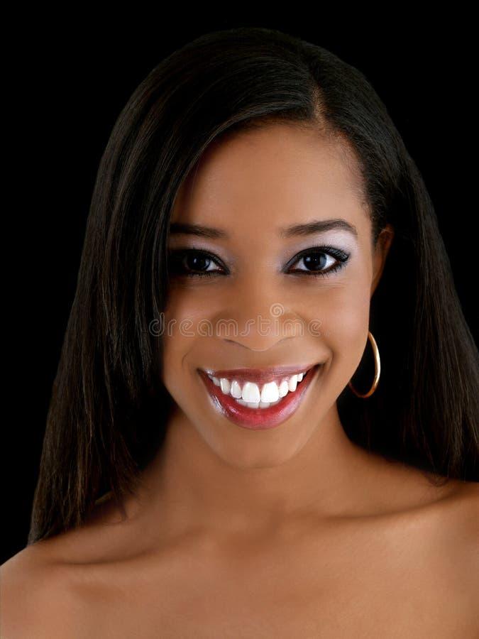 Sorriso novo da mulher preta do retrato desencapado do ombro imagem de stock royalty free