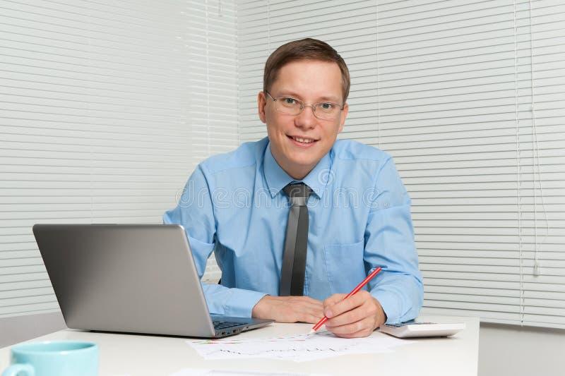 Download Sorriso Novo Do Homem De Negócios Imagem de Stock - Imagem de computador, pessoa: 26509047