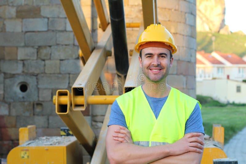 Sorriso novo muscular do trabalhador da construção fotografia de stock royalty free
