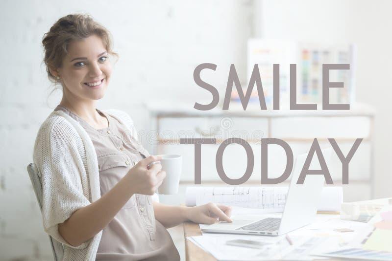 Sorriso oggi Immagine motivazionale immagine stock libera da diritti