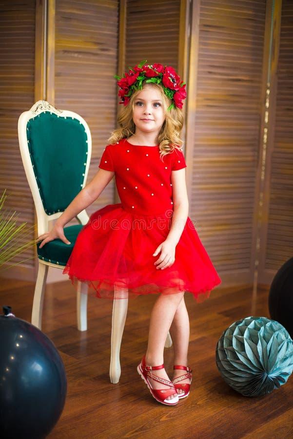Sorriso pequeno da menina, forma Criança que sorri com penteado louro no vestido vermelho Conceito do sal?o de beleza Haircare, c imagens de stock royalty free