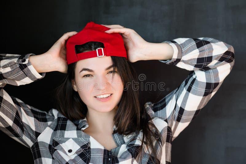 Sorriso rilassato millenario spensierato della giovane donna rosso fotografia stock libera da diritti