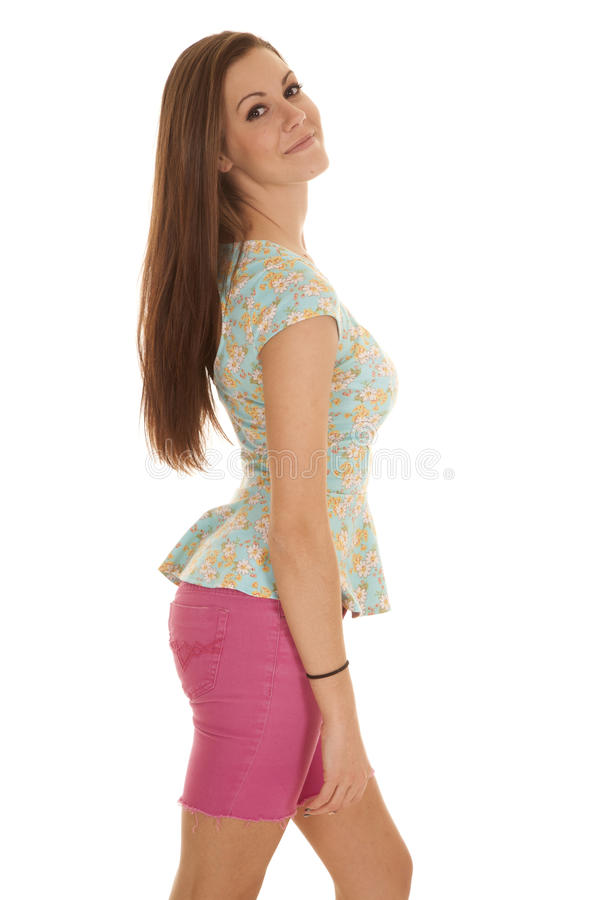 Sorriso rosa di sguardo del lato degli sjorts della donna immagine stock libera da diritti