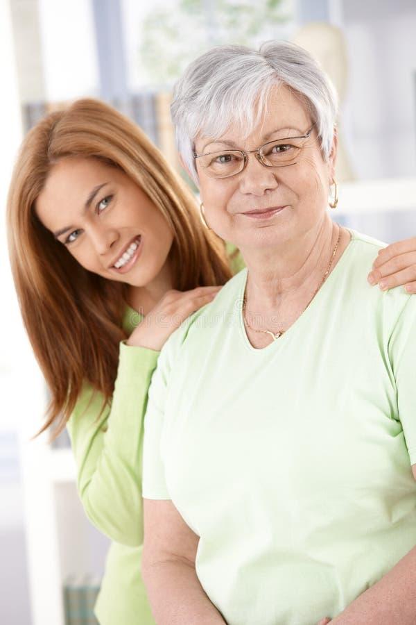 Sorriso sênior da matriz e da filha foto de stock royalty free