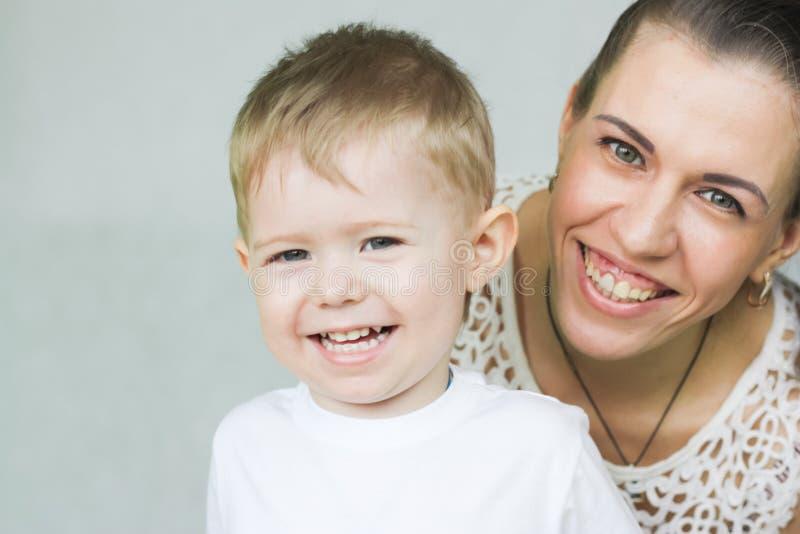 Sorriso sano Una famiglia felice fotografie stock