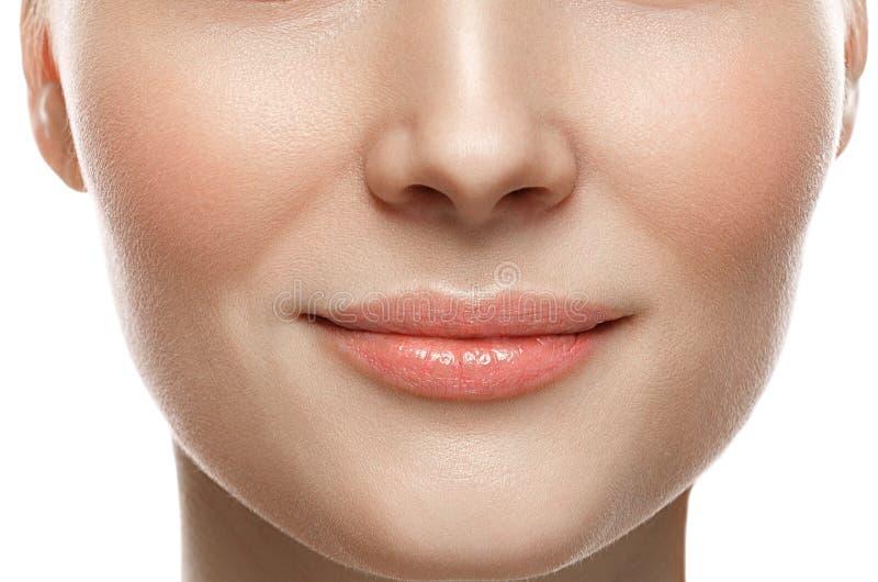 Sorriso saudável Close up do sorriso da mulher Conceito saudável da pele dos bordos bonitos imagens de stock