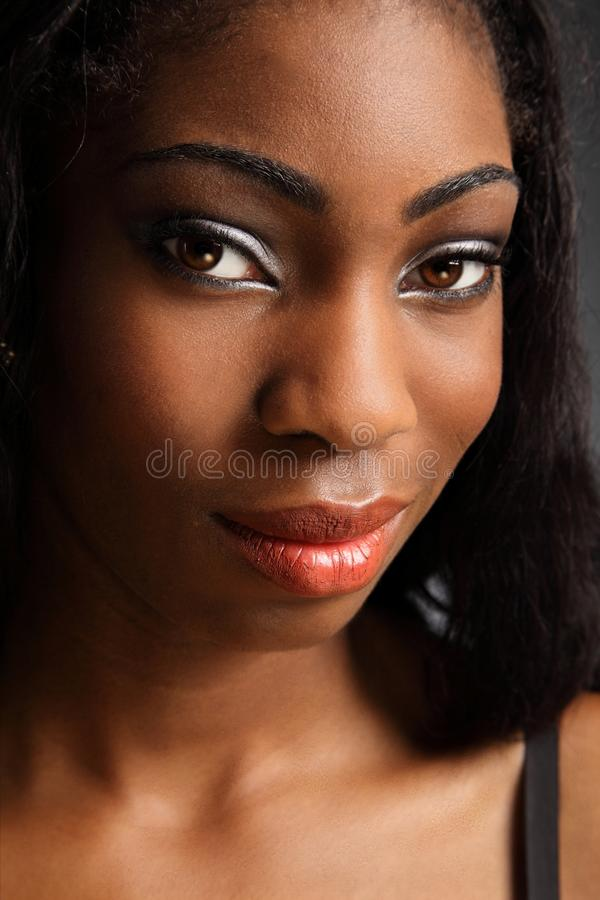 Sorriso 'sexy' do headshot bonito da mulher preta imagens de stock royalty free
