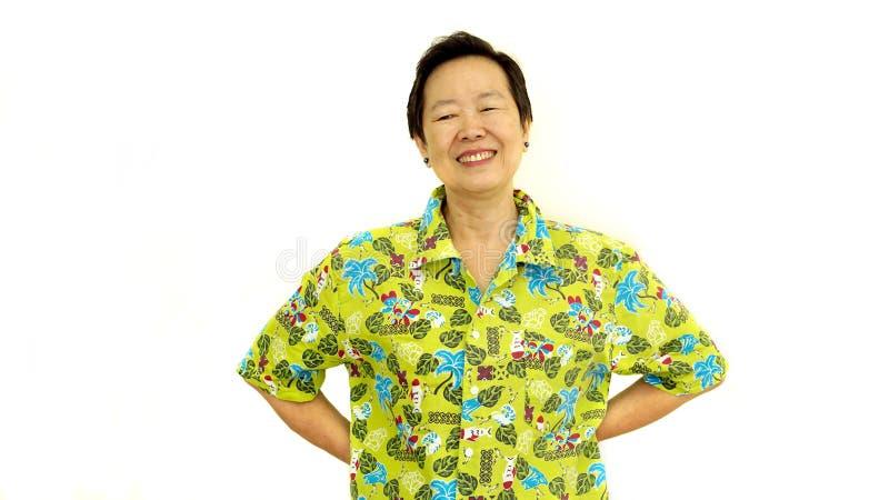 Sorriso superior asiático feliz da mulher no isola verde do branco da camisa de Havaí imagem de stock
