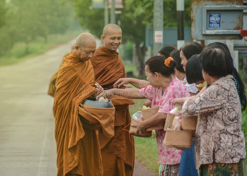Sorriso tailandese dei monaci buddisti fotografia stock libera da diritti
