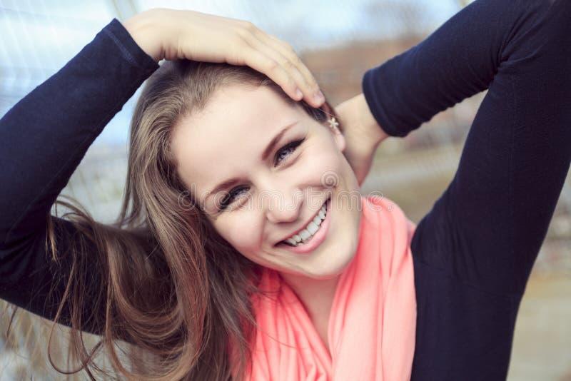Sorriso teenager della ragazza di stile fotografia stock libera da diritti