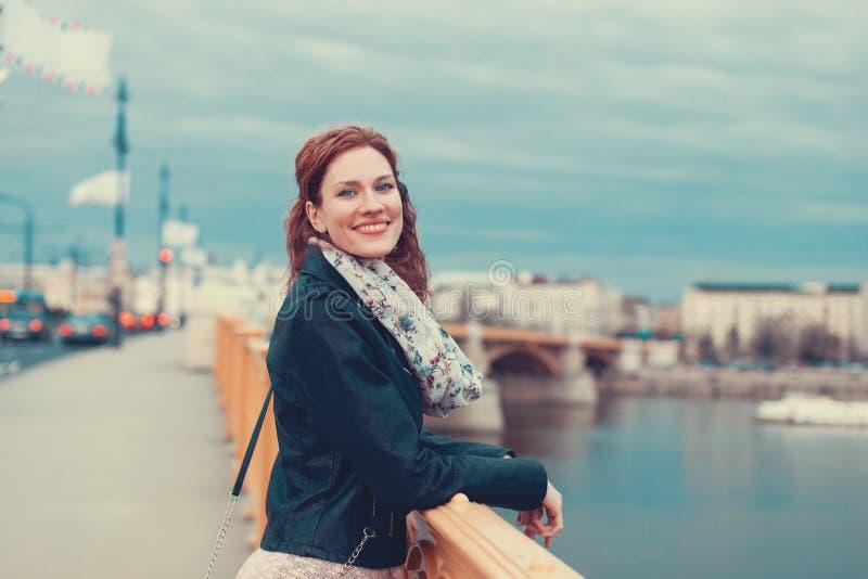 Sorriso urbano da mulher do ruivo novo feliz na ponte de Margaret, Budape fotografia de stock