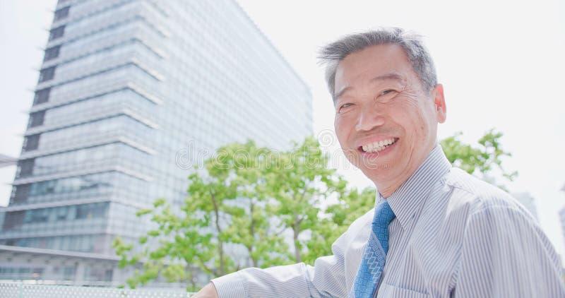Sorriso velho do homem de negócios felizmente imagens de stock royalty free