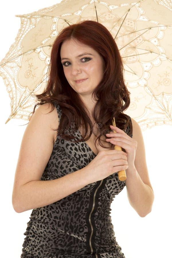 Sorriso vermelho do guarda-chuva do cabelo da mulher fotos de stock