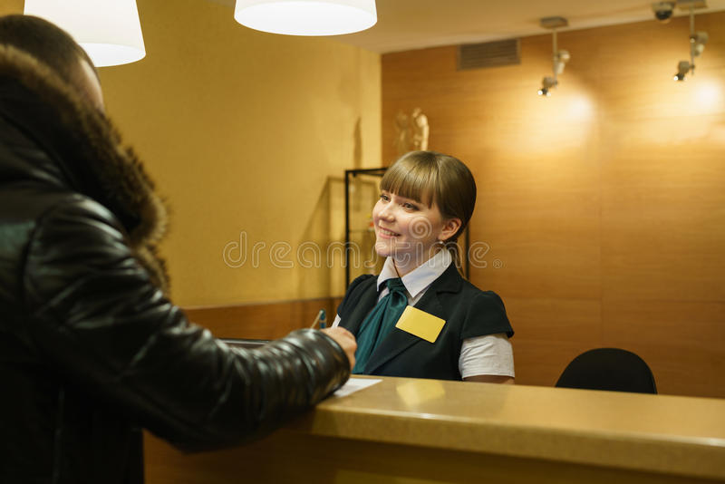 Sorrisos de acolhimento do gerente de hotel o convidado fotografia de stock royalty free