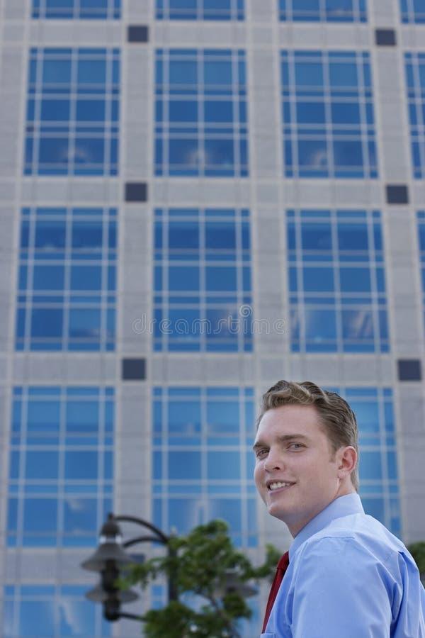 Sorrisos do homem de negócios foto de stock royalty free