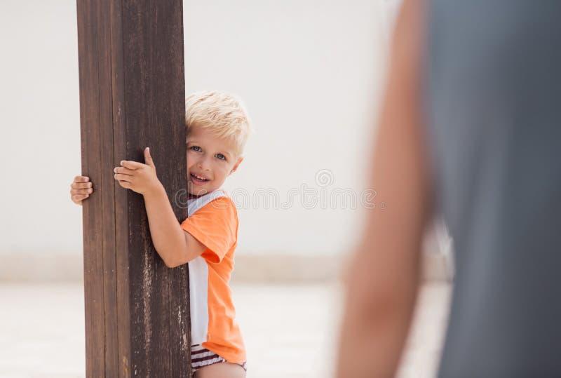 Sorrisos e jogo da criança no terraço imagens de stock