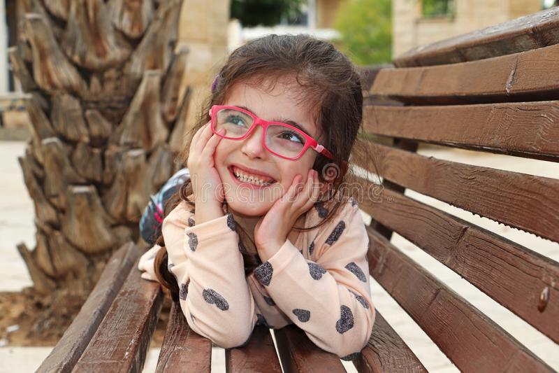 Sorrisos felizes bonitos de uma menina fotografia de stock