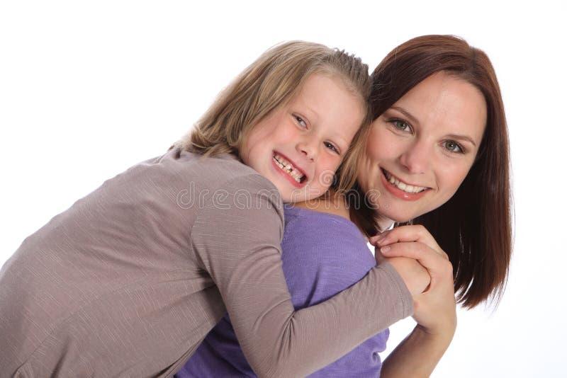 Sorrisos grandes matriz e divertimento do sobreposto da filha fotos de stock royalty free