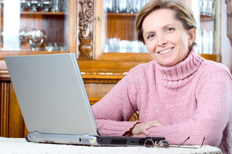 Sorrisos maduros da mulher imagens de stock