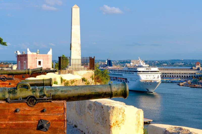 Sorsata di crociera sulla baia di Avana e di vecchi cannoni bronzei immagini stock
