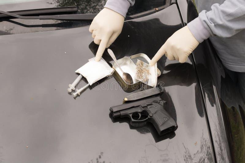 Sort de drogues saisies par la police autrichienne sur la table avec des armes photographie stock
