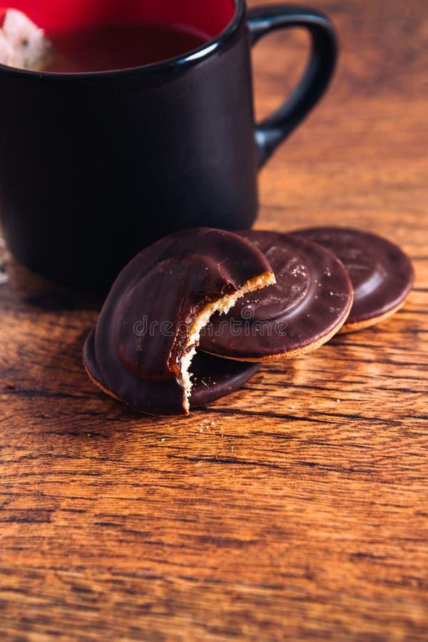 Download Sort De Gâteaux Aux Pépites De Chocolat Et D'un Thé De Tasse Sur Le Fond En Bois Image stock - Image du homemade, chocolat: 76082753