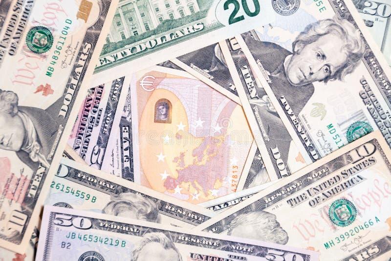 Sort de plan rapproché de billets de banque américains d'argent liquide du dollar et d'euro Saut de concept, chute, taux, change, photographie stock