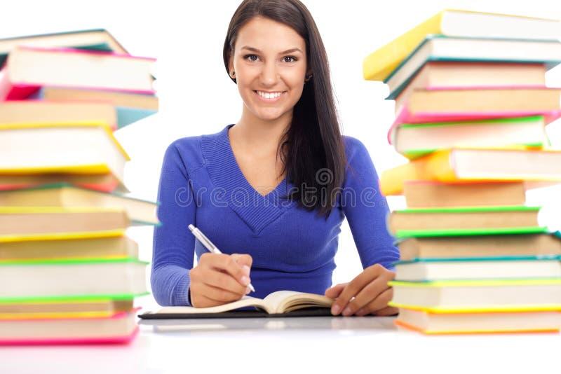 Sort de sourire d'esprit d'étudiant de livres photos stock
