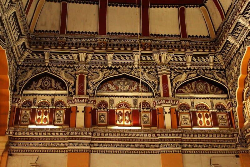 Sort malheureux et plafond ornementaux dans le hall dharbar de hall de ministère du palais de maratha de thanjavur photo libre de droits