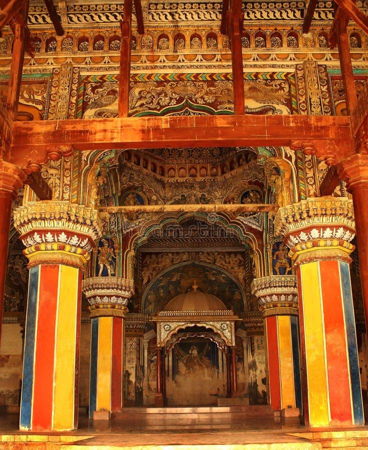 Sort malheureux ornemental et piliers d'emplacement de sarafoji de roi dans le hall dharbar de hall de ministère du palais de mar photo libre de droits