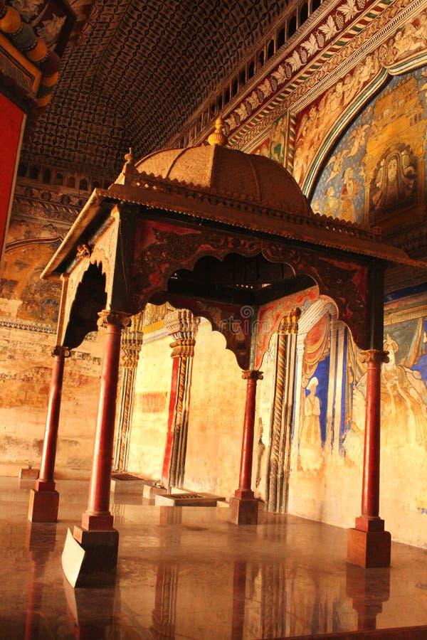 Sort malheureux ornemental et piliers d'emplacement de sarafoji de roi dans le hall dharbar de hall de ministère du palais de mar images libres de droits