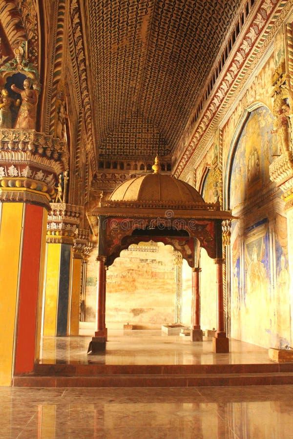 Sort malheureux ornemental et piliers d'emplacement de sarafoji de roi dans le hall dharbar de hall de ministère du palais de mar images stock