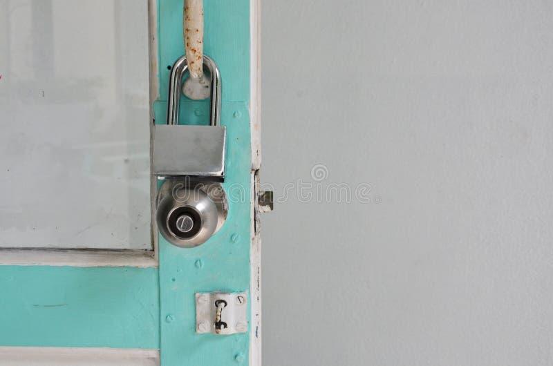Sort två av tangenter för att låsa på dörrbladet royaltyfri bild