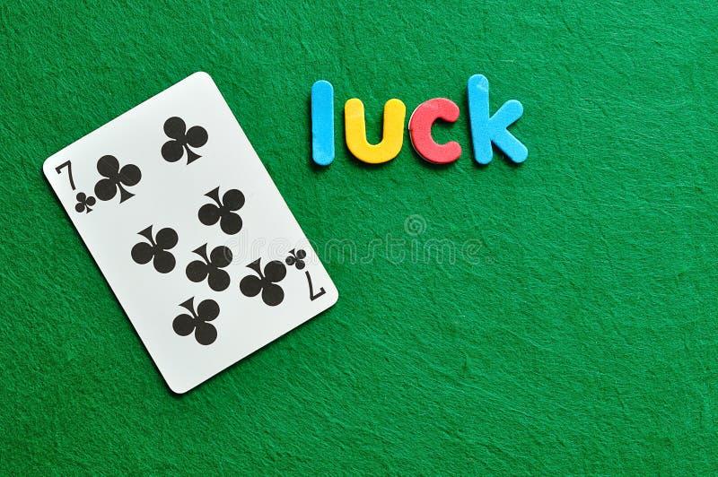A sorte da palavra indicada com um cartão de jogo 7 dos trevos para o dia de Patricks de Saint fotografia de stock
