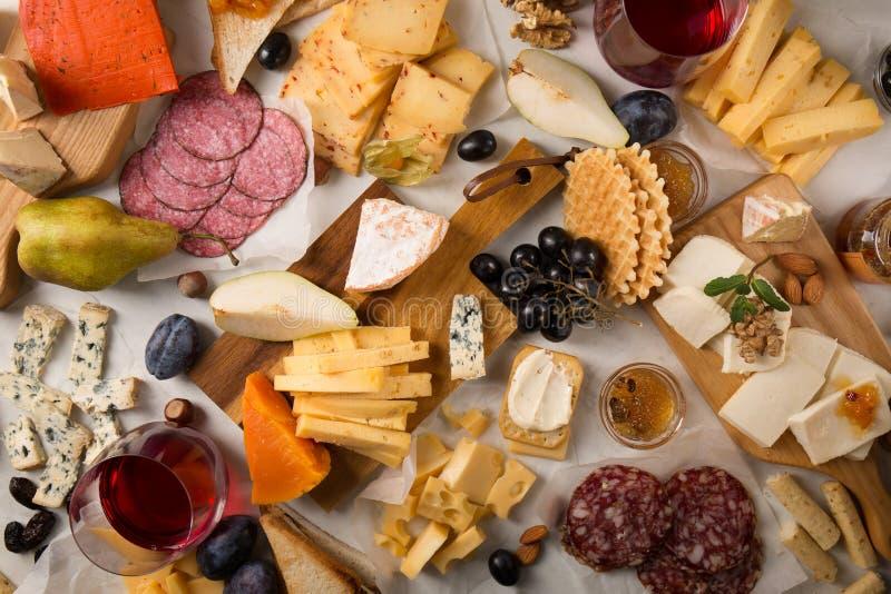 Sorterad ost, korvar och frukt royaltyfria foton