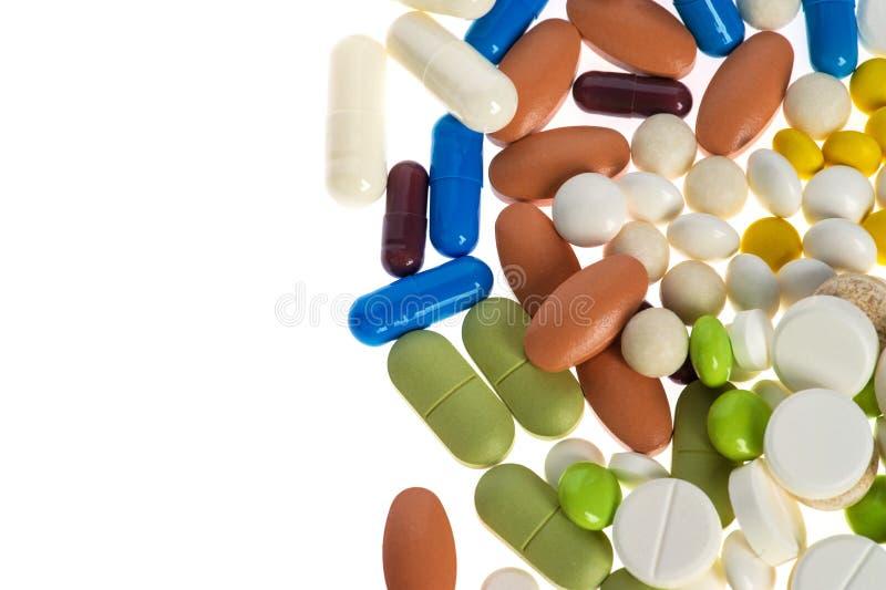 Sorterade farmaceutiska medicindroger, piller, minnestavlor och kapslar som isoleras på vit bakgrund royaltyfria foton