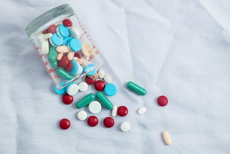Sorterade farmaceutiska medicinpiller, minnestavlor och kapslar och flaskgress arkivfoto