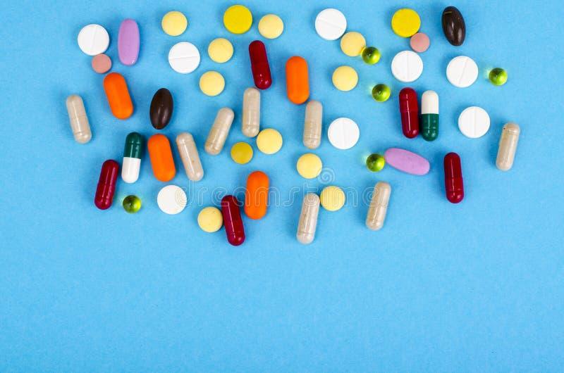 Sorterade farmaceutiska medicinpiller, minnestavlor och kapslar på ljus bakgrund Droger och olika narkotiska vikter arkivfoton