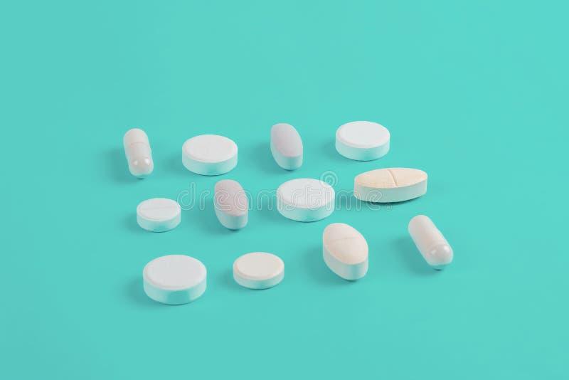 Sorterade farmaceutiska vita medicinpiller, minnestavlor royaltyfria bilder