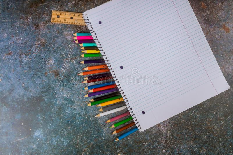 Sorterade skolatillförsel med blyertspennor, linjal, anteckningsbok arkivfoto