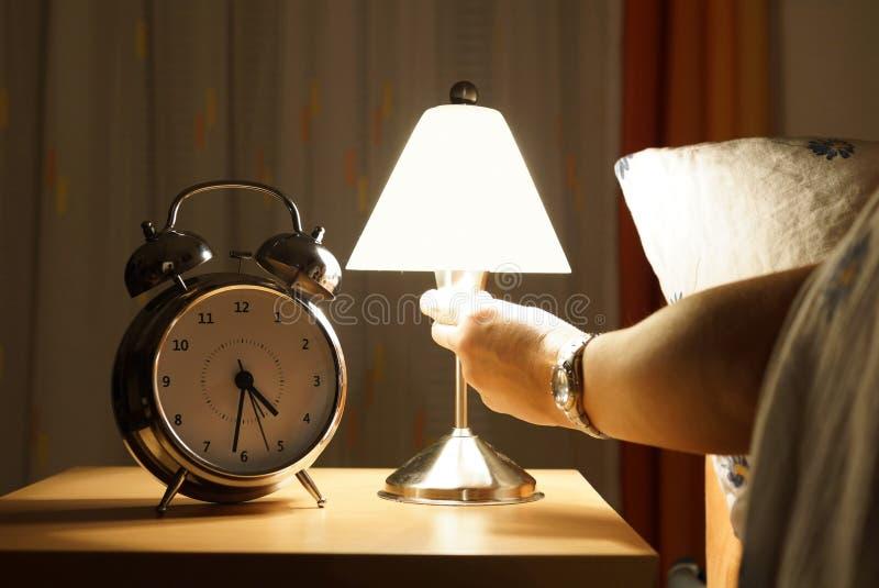 Sortez du lit au milieu de la nuit photographie stock libre de droits