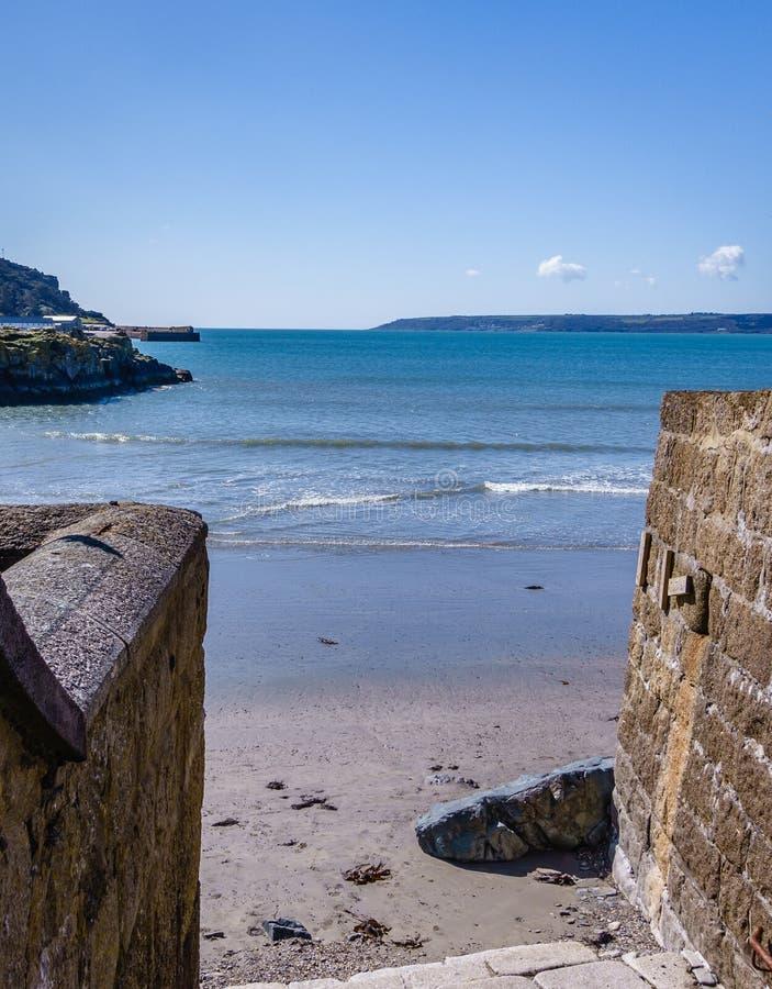 Sortie étroite vers la mer en plage sablonneuse photos stock