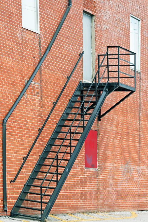 sortie de secours d 39 escalier en m tal sur l 39 ext rieur de l 39 immeuble de brique image stock. Black Bedroom Furniture Sets. Home Design Ideas