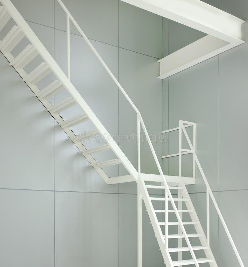 Sortie de secours d'intérieur d'escalier en métal dans le lieu de travail images stock