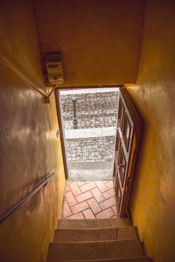 sortie du vieux bâtiment en Castel Gandolfo, Rome photographie stock libre de droits