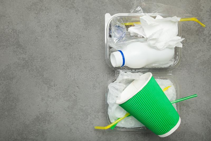 Sortieren des Abfalls für Wiederverwendung, bereitend auf Kopieren Sie Platz lizenzfreies stockbild
